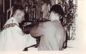 Biskup Ján Vojtašák pri slávení Eucharistie v Oravskej Lesnej